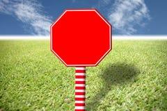 Κόκκινο σημάδι στο χορτοτάπητα και το μπλε ουρανό. Στοκ φωτογραφία με δικαίωμα ελεύθερης χρήσης