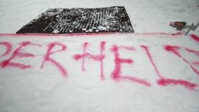 Κόκκινο σημάδι ψεκασμού για το snowboarder στο ίχνος βουνό χιονώδες Χιονοδρομικό κέντρο διαγωνισμού πρόκληση ανταγωνισμός φιλμ μικρού μήκους