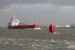 κόκκινο σκάφος λιμένων φύλλων Στοκ Εικόνα