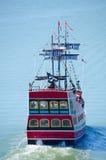 Κόκκινο σκάφος πειρατών με ευχάριστα το πέταγμα σημαιών του Ρότζερ Στοκ εικόνες με δικαίωμα ελεύθερης χρήσης