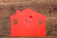 Κόκκινο σπίτι φιαγμένο από έγγραφο και κλειδιά Στοκ Εικόνα