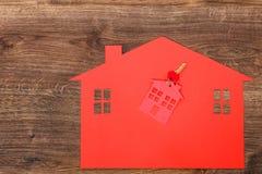 Κόκκινο σπίτι φιαγμένο από έγγραφο και κλειδιά Στοκ εικόνες με δικαίωμα ελεύθερης χρήσης