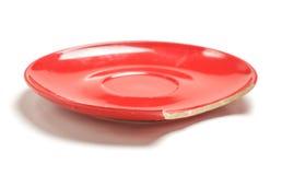 Κόκκινο σπασμένο πιάτο στο άσπρο υπόβαθρο που απομονώνεται Στοκ Εικόνες