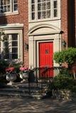 κόκκινο σπιτιών πορτών στοκ φωτογραφία