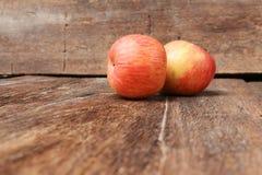 Κόκκινο στενό επάνω ξύλινο υπόβαθρο της Apple Στοκ Φωτογραφία