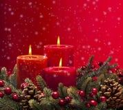 Κόκκινο στεφάνι εμφάνισης με τα κεριά στοκ φωτογραφίες με δικαίωμα ελεύθερης χρήσης