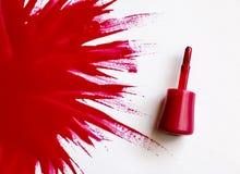 κόκκινο στιλβωτικής ου&si Έκρηξη του χρώματος Βούρτσα με την κόκκινη στιλβωτική ουσία καρφιών με το μεγάλο σημείο του βερνικιού σ Στοκ Φωτογραφίες