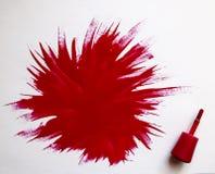 κόκκινο στιλβωτικής ου&si Έκρηξη του χρώματος Βούρτσα με την κόκκινη στιλβωτική ουσία καρφιών με το μεγάλο σημείο του βερνικιού σ Στοκ Εικόνες