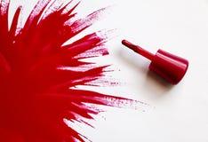 κόκκινο στιλβωτικής ου&si Έκρηξη του χρώματος Βούρτσα με την κόκκινη στιλβωτική ουσία καρφιών με το μεγάλο σημείο του βερνικιού σ Στοκ φωτογραφίες με δικαίωμα ελεύθερης χρήσης
