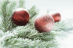 κόκκινο σφαιρών Διακοσμήσεις για τα Χριστούγεννα Στοκ εικόνα με δικαίωμα ελεύθερης χρήσης