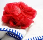 Κόκκινο σφουγγάρι ριπών σωμάτων λουτρών exfoliate Στοκ φωτογραφία με δικαίωμα ελεύθερης χρήσης