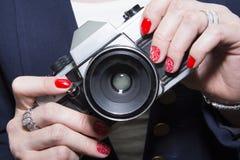 Κόκκινο σχέδιο τέχνης καρφιών και κλασική κάμερα Στοκ εικόνα με δικαίωμα ελεύθερης χρήσης