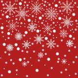 Κόκκινο σχέδιο υποβάθρου Χριστουγέννων με άσπρα snowflakes Στοκ εικόνες με δικαίωμα ελεύθερης χρήσης