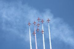 κόκκινο σχηματισμού πτήσης βελών στοκ εικόνα με δικαίωμα ελεύθερης χρήσης
