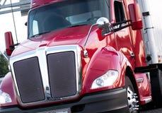 Κόκκινο σύγχρονο μεγάλο ημι φορτηγό εγκαταστάσεων γεώτρησης με τα λαμπρά κάγκελα και τη χρωματισμένη κυματωγή Στοκ Εικόνες