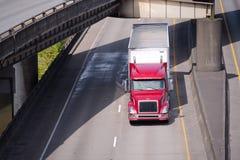 Κόκκινο σύγχρονο μεγάλο ημι φορτηγό εγκαταστάσεων γεώτρησης με το ημι ρυμουλκό που πηγαίνει roa Στοκ εικόνα με δικαίωμα ελεύθερης χρήσης