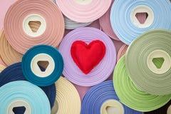 Κόκκινο σύμβολο καρδιών βαλεντίνων αγάπης στους ρόλους κορδελλών Στοκ Εικόνες