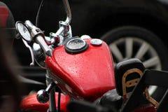 κόκκινο ταξίδι μεταφορών μοτοσικλετών πόλεων Στοκ εικόνα με δικαίωμα ελεύθερης χρήσης