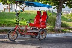 Κόκκινο ταξί ποδηλάτων για δύο επιβάτες στην Αβάνα, Κούβα Στοκ Εικόνα