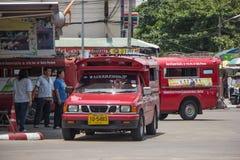 Κόκκινο ταξί Chiang Mai, για τον επιβάτη από τη στάση λεωφορείου Στοκ Φωτογραφία