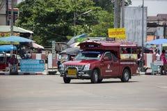 Κόκκινο ταξί Chiang Mai, για τον επιβάτη από τη στάση λεωφορείου Στοκ Εικόνες