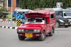 Κόκκινο ταξί Chiang Mai, για τον επιβάτη από τη στάση λεωφορείου Στοκ φωτογραφία με δικαίωμα ελεύθερης χρήσης
