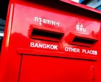 Κόκκινο ταϊλανδικό ταχυδρομικό κουτί με τα κείμενα προορισμού στα αγγλικά και Ταϊλανδό Στοκ Εικόνες