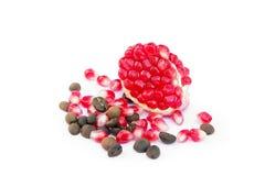 Κόκκινο τεμαχισμένο ρόδι με τα σιτάρια καφέ και ροδιών Στοκ Εικόνες
