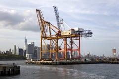 Κόκκινο τερματικό εμπορευματοκιβωτίων γάντζων στην πόλη της Νέας Υόρκης Στοκ Εικόνα