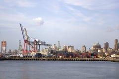 Κόκκινο τερματικό εμπορευματοκιβωτίων γάντζων στην πόλη της Νέας Υόρκης Στοκ φωτογραφία με δικαίωμα ελεύθερης χρήσης