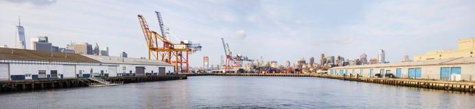 Κόκκινο τερματικό εμπορευματοκιβωτίων γάντζων στην πόλη της Νέας Υόρκης Στοκ εικόνα με δικαίωμα ελεύθερης χρήσης
