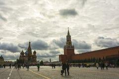 Κόκκινο τετράγωνο, ο τοίχος του Κρεμλίνου, το μαυσωλείο και βασιλικός ` s Cath του ST Στοκ Φωτογραφία