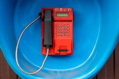 Κόκκινο τηλέφωνο οδών, κερματοδέκτης στον τοίχο Στοκ φωτογραφίες με δικαίωμα ελεύθερης χρήσης