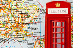 κόκκινο τηλέφωνο του Λονδίνου θαλάμων Στοκ Εικόνες