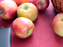 Κόκκινο της Apple στο ροδαλό καλάθι υποβάθρου Στοκ φωτογραφία με δικαίωμα ελεύθερης χρήσης