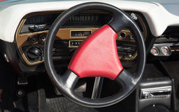 Κόκκινο τιμόνι σε ένα παλαιό αριστοκρατικό αυτοκίνητο Στοκ Φωτογραφία