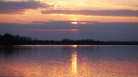 Κόκκινο τοπίο βραδιού στον ποταμό απόθεμα βίντεο