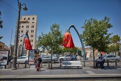 Κόκκινο τουριστικό αξιοθέατο λουλουδιών στην πλατεία Mahane Yehuda σε Je Στοκ Εικόνες