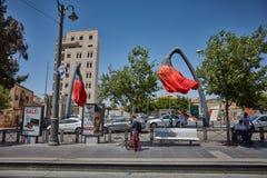 Κόκκινο τουριστικό αξιοθέατο λουλουδιών στην πλατεία Mahane Yehuda σε Je Στοκ εικόνες με δικαίωμα ελεύθερης χρήσης