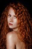 Κόκκινο τρίχωμα κορίτσι μόδας ανασκόπησης πέρα από το λευκό στούντιο βλαστών πορτρέτου Στοκ Φωτογραφίες