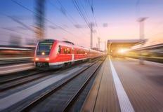 Κόκκινο τραίνο υψηλής ταχύτητας με την επίδραση θαμπάδων κινήσεων στο σιδηροδρομικό σταθμό στοκ εικόνα με δικαίωμα ελεύθερης χρήσης