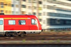 Κόκκινο τραίνο υψηλής ταχύτητας στην κίνηση στο ηλιοβασίλεμα στοκ φωτογραφίες