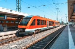 Κόκκινο τραίνο υψηλής ταχύτητας στο σιδηροδρομικό σταθμό στοκ εικόνες με δικαίωμα ελεύθερης χρήσης
