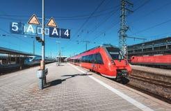 Κόκκινο τραίνο υψηλής ταχύτητας στο σιδηροδρομικό σταθμό στοκ φωτογραφία