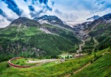 Κόκκινο τραίνο Bernina σαφές στη μετάβαση στα βουνά Στοκ φωτογραφία με δικαίωμα ελεύθερης χρήσης
