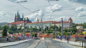 Κόκκινο τραμ που δίνει τη γέφυρα timelapse Manesuv Μάιν πιό πολύ και το διάσημο Κάστρο της Πράγας στο υπόβαθρο στην Πράγα, τσεχικ φιλμ μικρού μήκους