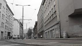 Κόκκινο τραμ στην πόλη bw. απόθεμα βίντεο