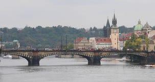 Κόκκινο τραμ στη γέφυρα λεγεωνών στην Πράγα απόθεμα βίντεο