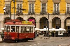 Κόκκινο τραμ στο τετράγωνο εμπορίου. Λισσαβώνα. Πορτογαλία Στοκ Εικόνες
