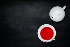 Κόκκινο τσάι φρούτων με το άσπρο Teapot και αντιγράφων διάστημα Στοκ εικόνες με δικαίωμα ελεύθερης χρήσης